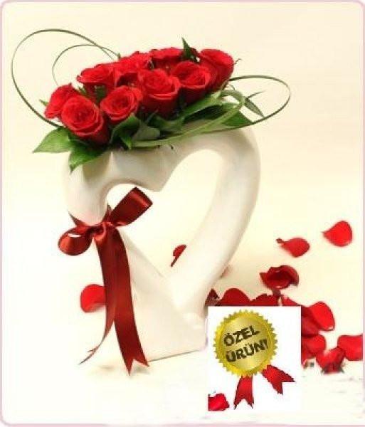 """""""Kalbim Seninle'' Kalp Vazoda Kırmızı Gül"""
