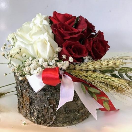 İpeksi Dokunuş: Doğal Ahşap Vazo İçinde Kırmızı & Beyaz Güller